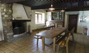 Salle à manger conviviale, cheminée, bois